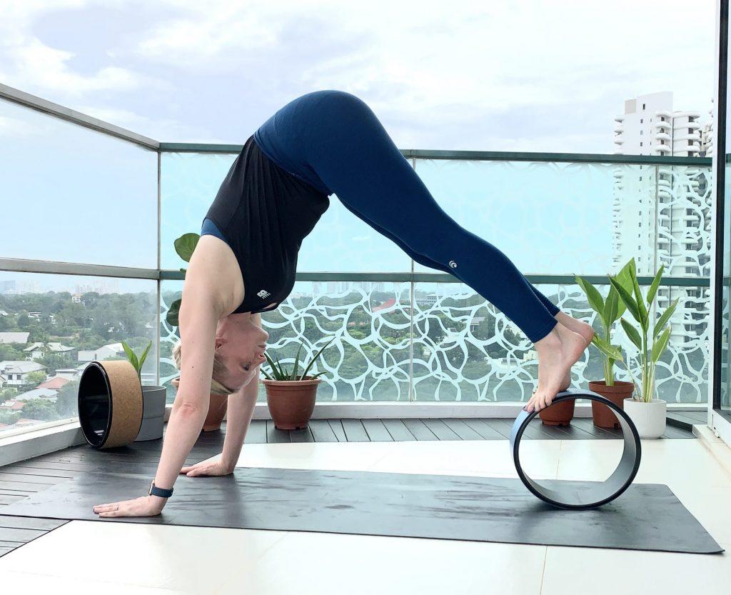 yoga rad übungen yoga wheel